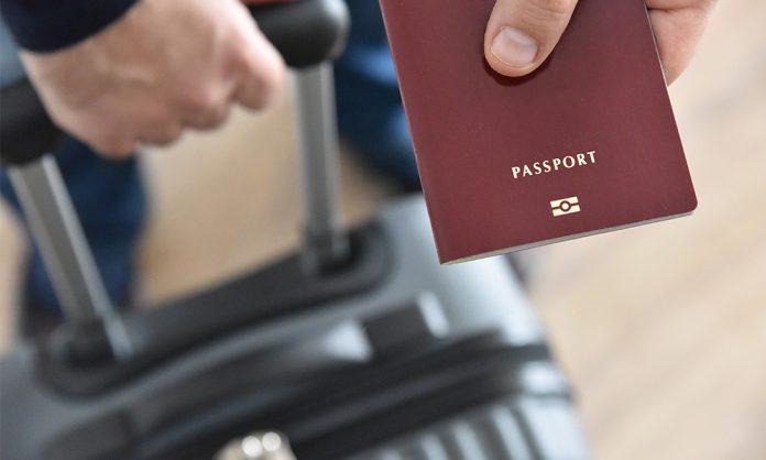 ¿ Puedo viajar a mi país mientras estoy en proceso de visa U?